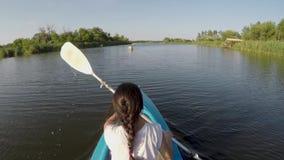划皮船在河的妇女在一好日子 股票视频
