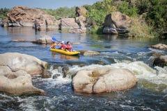 划皮船在河的家庭 漂流在南部的臭虫河 库存照片