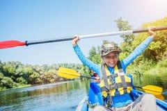 划皮船在河的愉快的男孩在一个晴天在暑假时 免版税库存照片