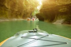 划皮船在河 人一个小船航行的沿河 有桨的划船者在独木舟 漂流在皮船 休闲 免版税图库摄影