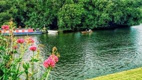 划皮船在河 库存图片