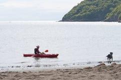 划皮船在海岸附近 免版税库存图片