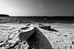 划皮船在海岸 库存照片