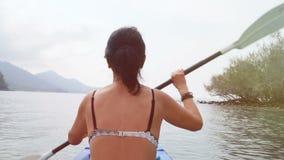 划皮船在海的妇女 影视素材