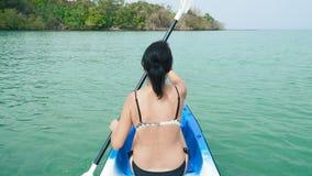 划皮船在海的妇女 股票录像