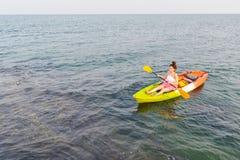划皮船在海的妇女 图库摄影
