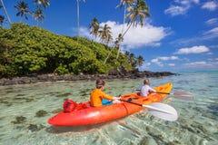 划皮船在海洋的孩子 库存图片