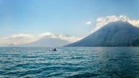 划皮船在湖Atitlan大海在危地马拉 免版税图库摄影