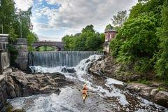 划皮船在瀑布在Vanhankaupunginkoski,赫尔辛基,芬兰 免版税库存照片