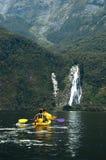 划皮船在瀑布附近在Milford Sound 免版税库存照片