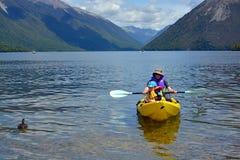 划皮船在罗托伊蒂湖, Nlson湖,新西兰 免版税图库摄影
