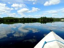 划皮船在蓝色湖 免版税图库摄影