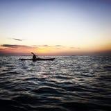 划皮船在离桑给巴尔的附近海岸  库存图片