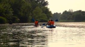 划皮船在andscape的河下的皮艇射击  慢的行动 影视素材