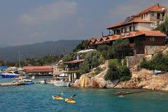划皮船在Kekova海岛和村庄Kalekoy, Antal附近的游人 库存图片
