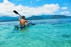 划皮船夏天的旅行 人乘独木舟的透明皮船在海洋 免版税库存图片