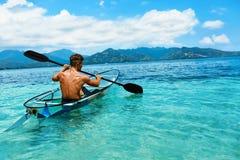 划皮船夏天的旅行 人乘独木舟的透明皮船在海洋 库存图片