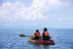 划皮船夫妇的海 库存图片