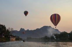 划皮船有气球视图 图库摄影