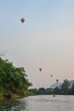 划皮船有气球视图 库存照片