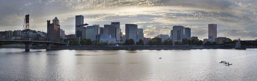 划皮船沿威拉米特河在波特兰江边 图库摄影