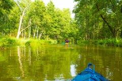 划皮船由狂放的河在波兰(Omulew河) 库存照片