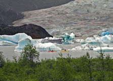 划皮船的冰川 免版税库存图片