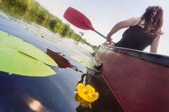 划皮船的妇女年轻人 库存照片