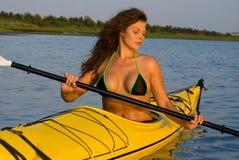 划皮船的妇女 图库摄影