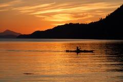 划皮船的日落 库存图片