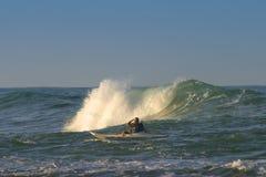 划皮船的海洋海浪 免版税图库摄影