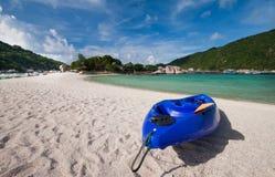 划皮船的海滩 免版税库存照片