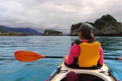 划皮船的海洋 免版税库存照片