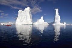划皮船的amoungst巨人冰 图库摄影