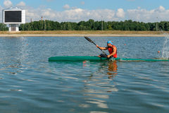 划皮船训练的运动员 免版税库存照片