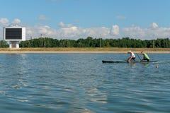 划皮船训练的运动员 免版税库存图片