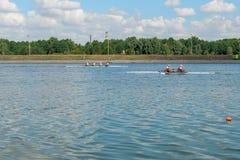 划皮船训练的运动员 图库摄影