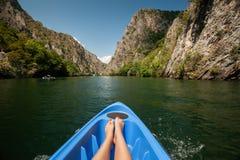 划皮船通过河在马特卡峡谷,马其顿 免版税库存图片
