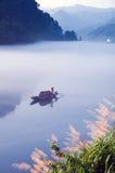 划船和渔在湖 免版税库存照片