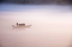 划船和渔在黎明 库存照片