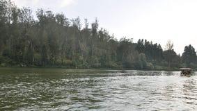 划船在一个晴天 库存照片