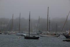 划船在一有雾的天 免版税库存照片