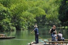 划船在竹森林和湖里 免版税库存照片