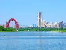 划船渠道Krylatskoe,莫斯科,俄罗斯,都市地平线 图库摄影