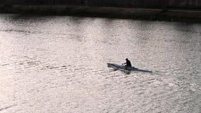 划船爱好者队在亚诺河河的 股票录像