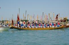 划船者站立对注意的,威尼斯 免版税库存图片