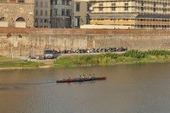 划船者队在一条小船训练在佛罗伦萨,意大利 免版税库存图片