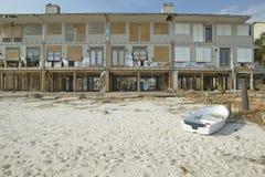 划艇和江边房子由Hurricane撞了 免版税库存照片