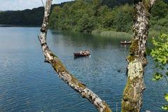 划艇在其中一个Plitvice湖中 库存照片