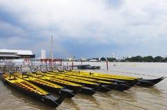 划艇在有清楚的天空的河 库存图片